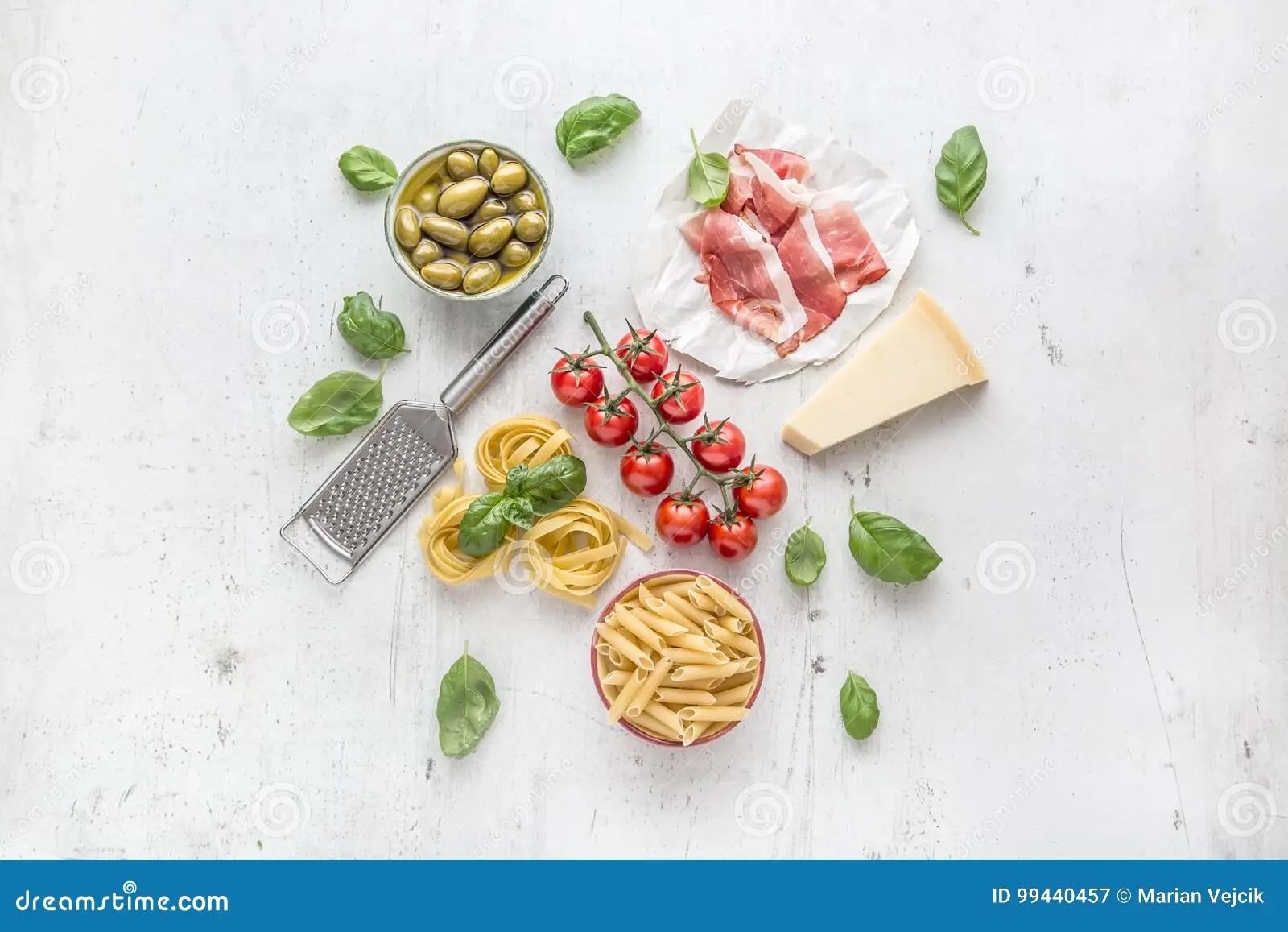 Cucina Italiana O Mediterranea Ed Ingredienti Dellalimento Sulla Tavola Concreta Bianca