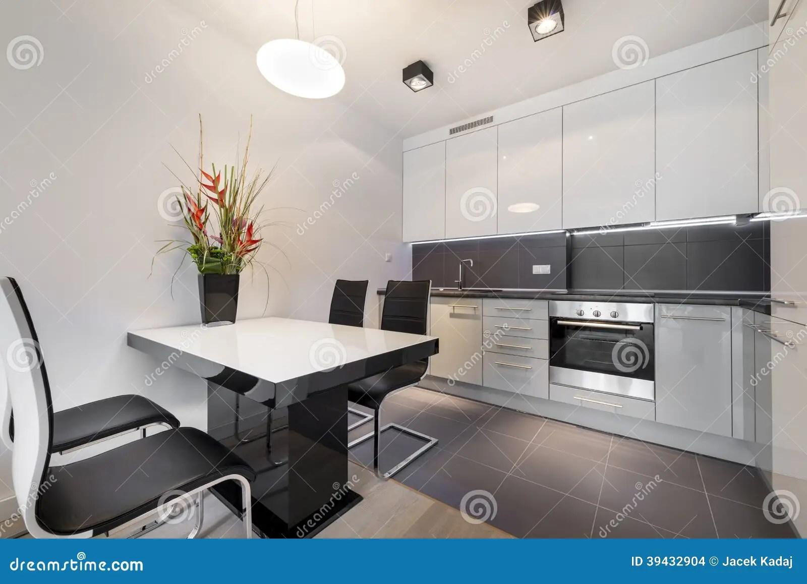 Cucina Moderna Con La Pavimentazione In Piastrelle Grigia