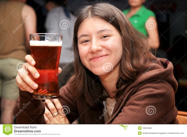 Cute Girl With Beer Stock libre de droits - 16025508
