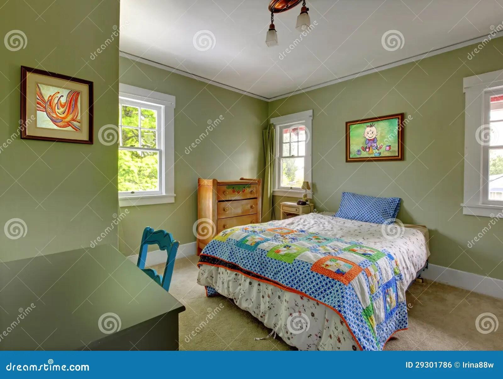De Slaapkamer Van Jonge Geitjes Met Bureau En Groene Muren