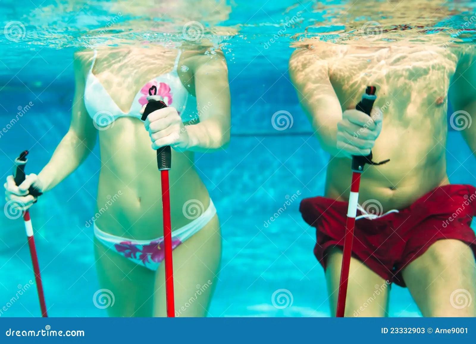 Deportes Y Gimnasia Bajo El Agua En Piscina Imagen de archivo  Imagen de aerbicos walking