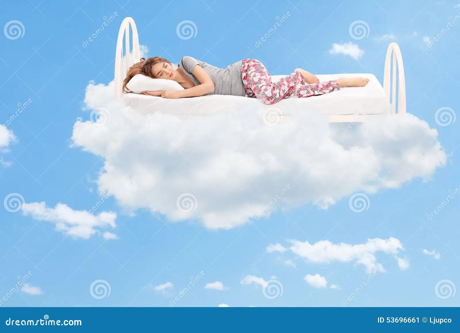 Donna Che Dorme Su Un Letto Comodo Nelle Nuvole Immagine