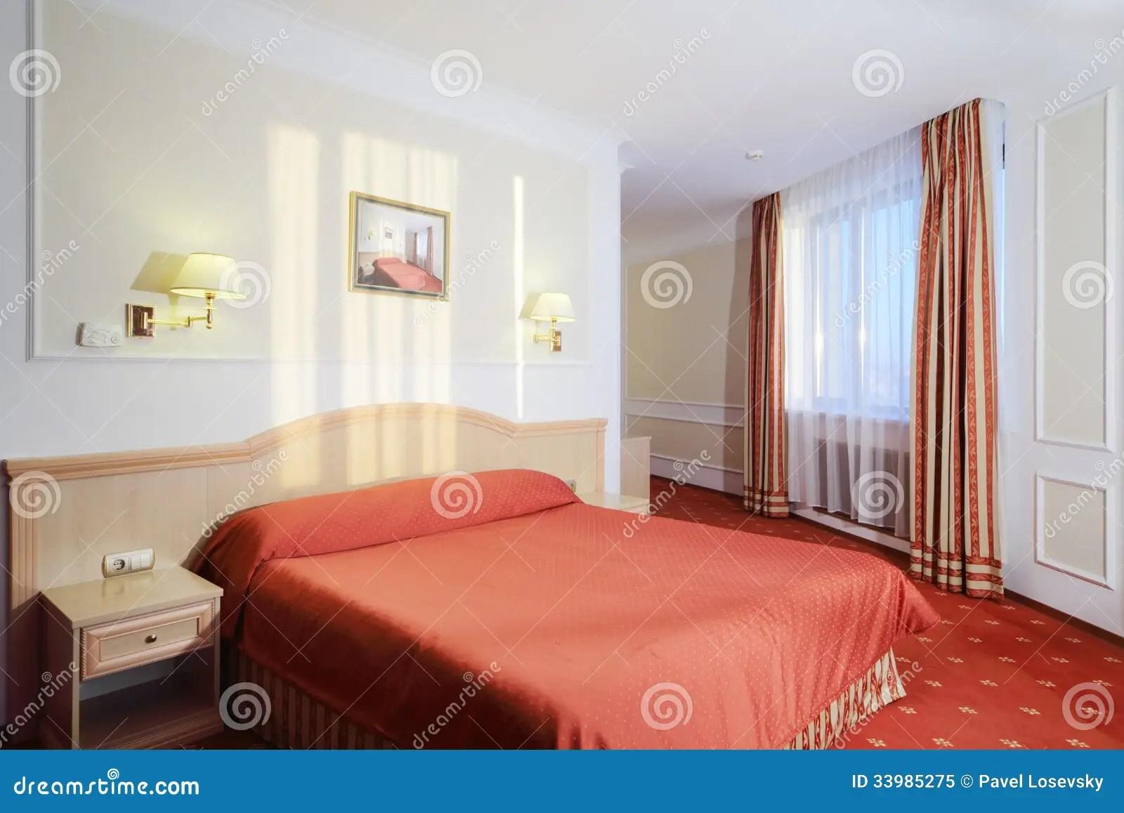 Dormitorio Simple Con La Cama Matrimonial Con El Lino Rojo
