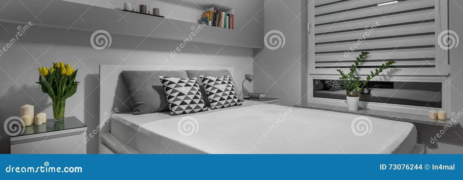 Eenvoudige Grijze Slaapkamer Stock Foto
