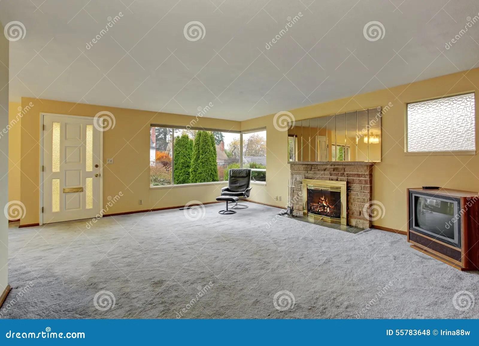 Einfaches Wohnzimmer Mit Teppich Stockfoto  Bild von gelnder nett 55783648