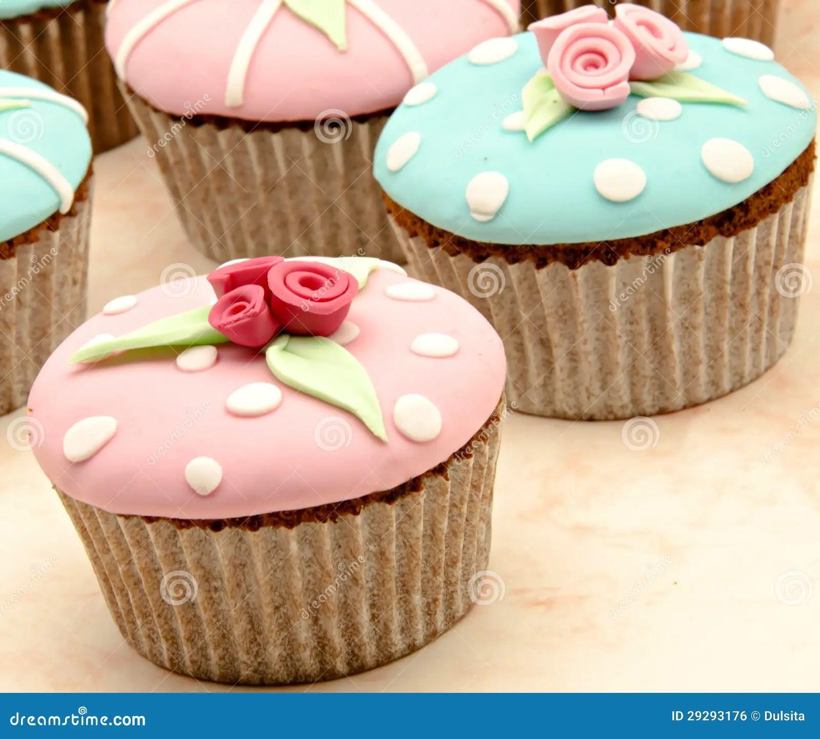 Einige kleine Kuchen stockfoto Bild von geschenk backen