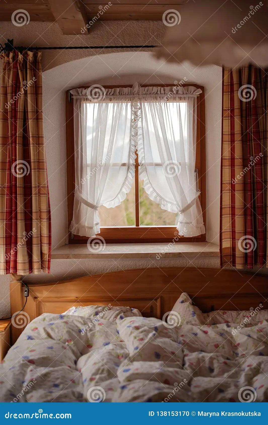 carreaux et le lit en bois photo stock