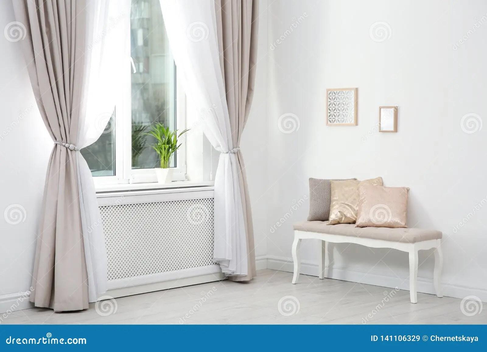 rideaux dans la chambre image stock