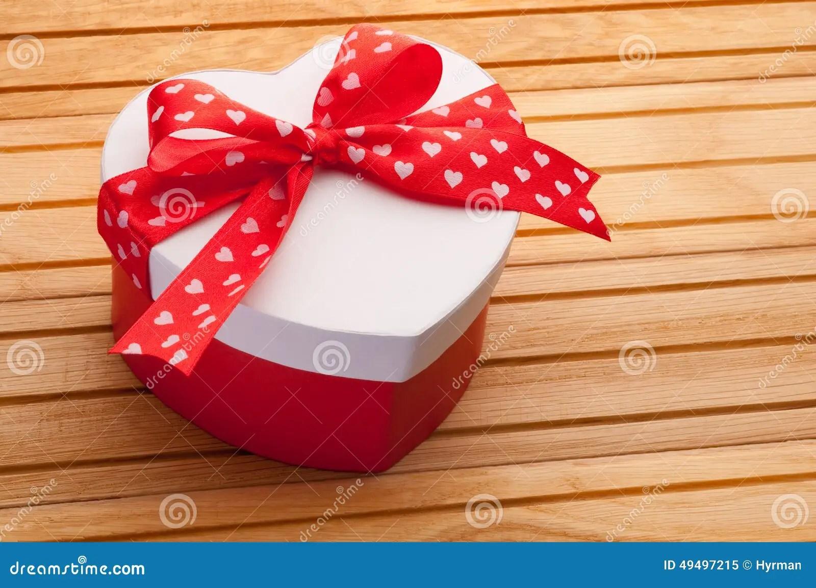 Geschenk In Form Von Dem Herzen Gebunden Mit Rotem Band