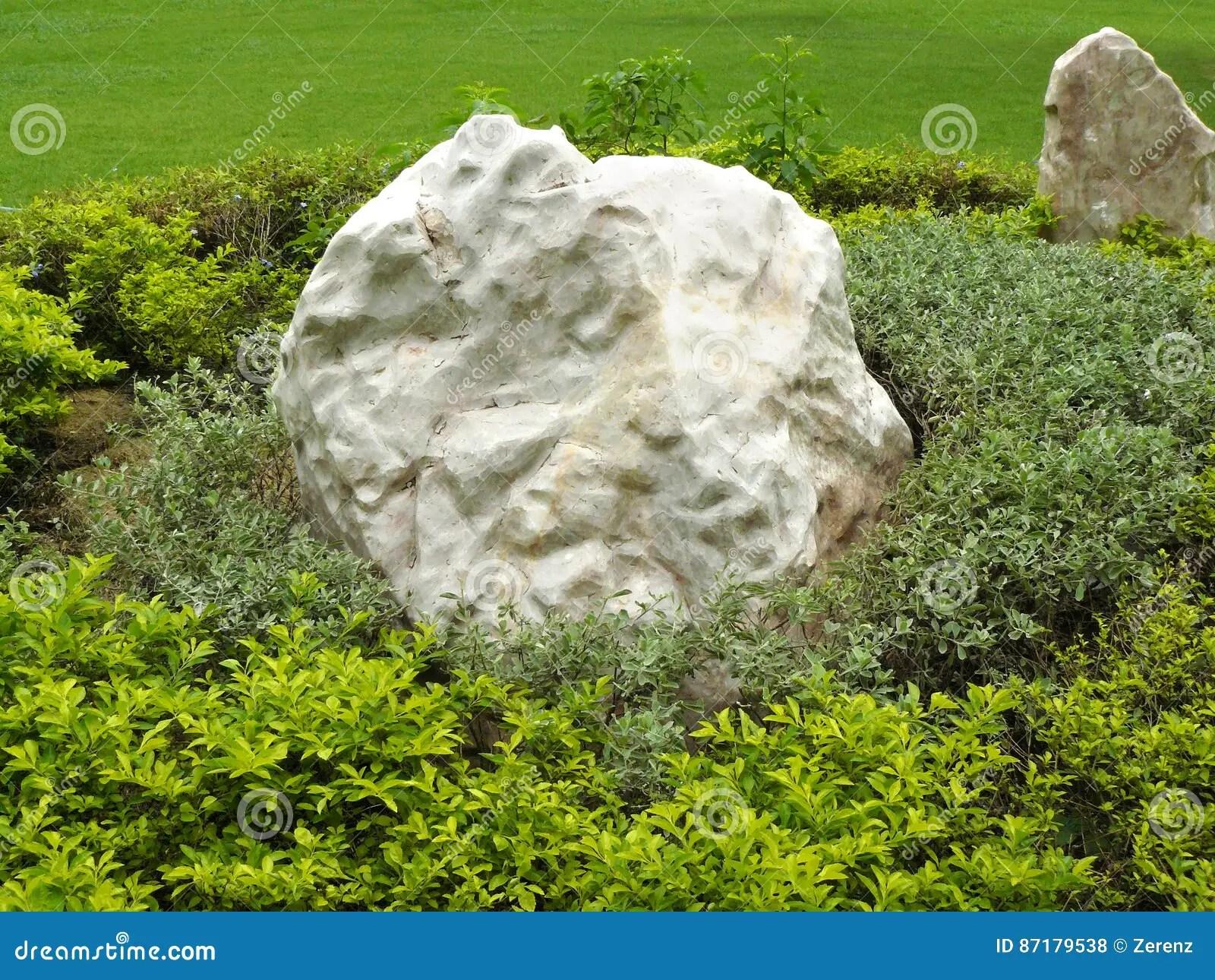 grand rocher place dans le jardin photo stock image du jardin centrale 87179538