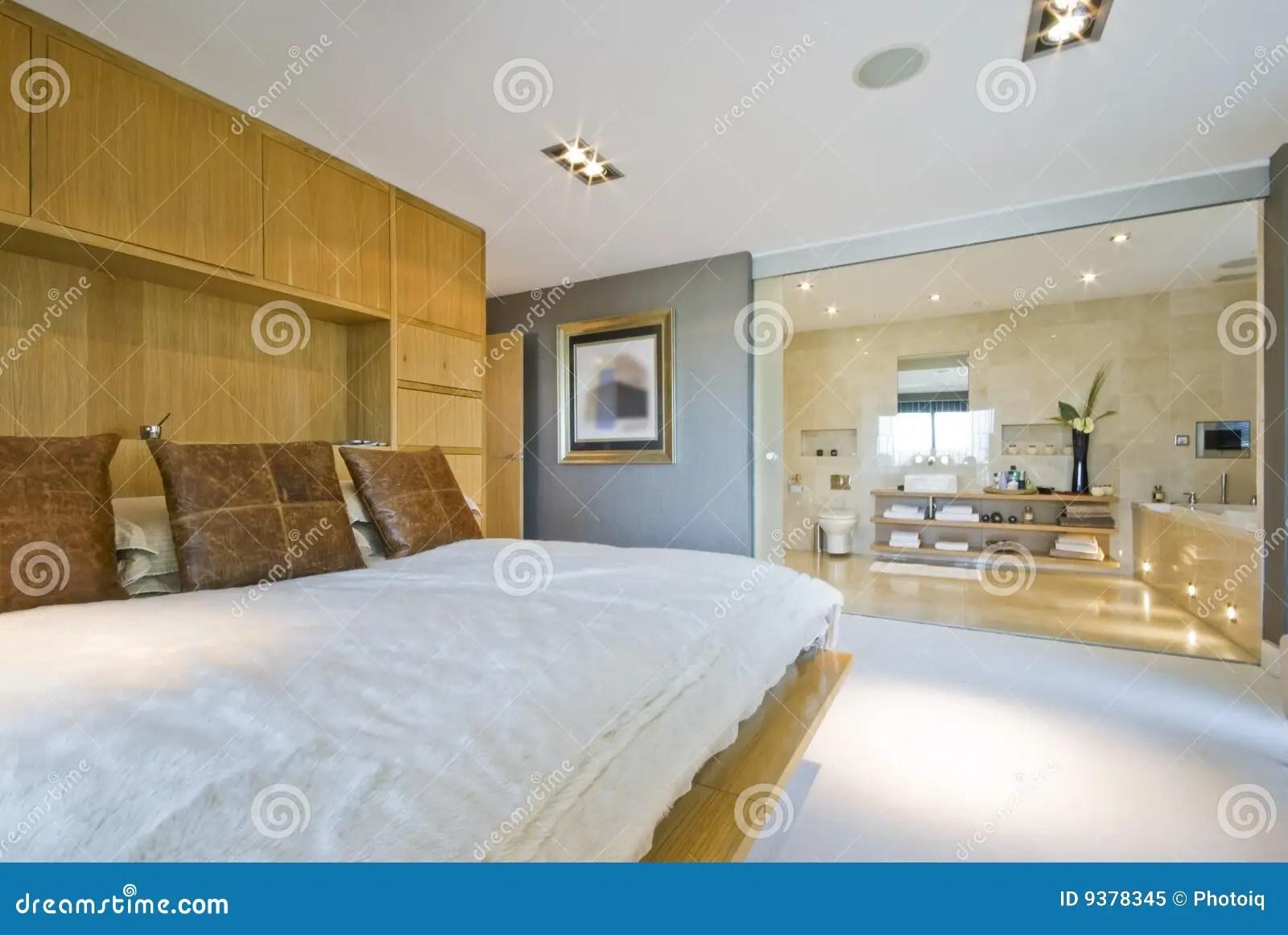 Grande Chambre  Coucher Avec La Salle De Bains De Suite Den Photo libre de droits  Image 9378345