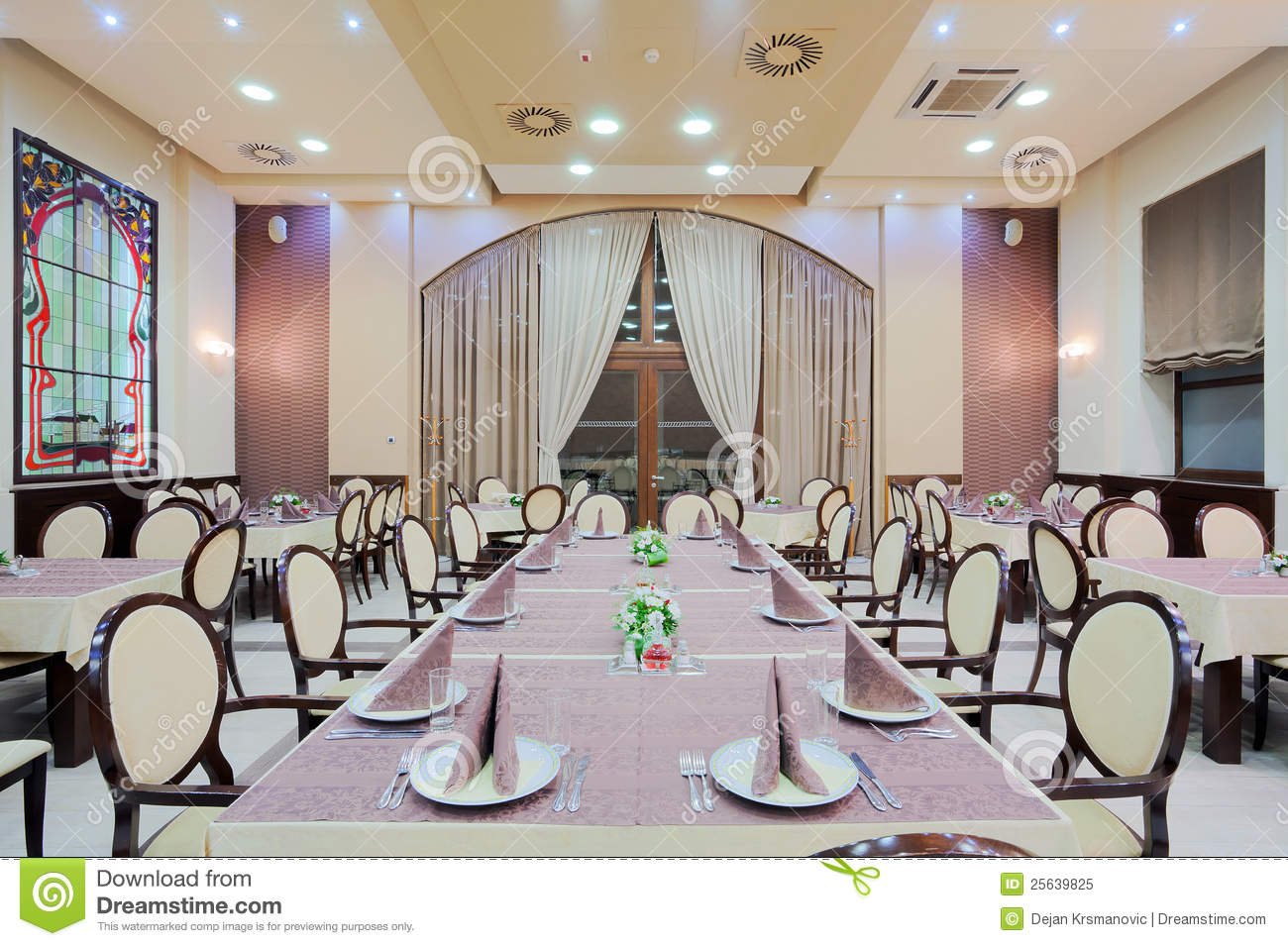 Grande table de restaurant image stock Image du plafond  25639825