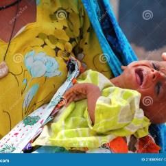 Il Mondo Del Bambino Baby Chair Red Tartan Tub Gridare Ammalato Rifugiato Fotografia