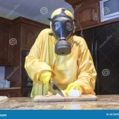 Kitchen Ventilator Backsplash Tiles Haz切葱的席子衣服的成熟妇女库存照片 图片包括有席子 气体 厨房 黄色haz席子suir的成熟妇女和切葱的防毒面具在家庭厨房里
