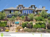 House With Landscaped Yard Stock - 9631543