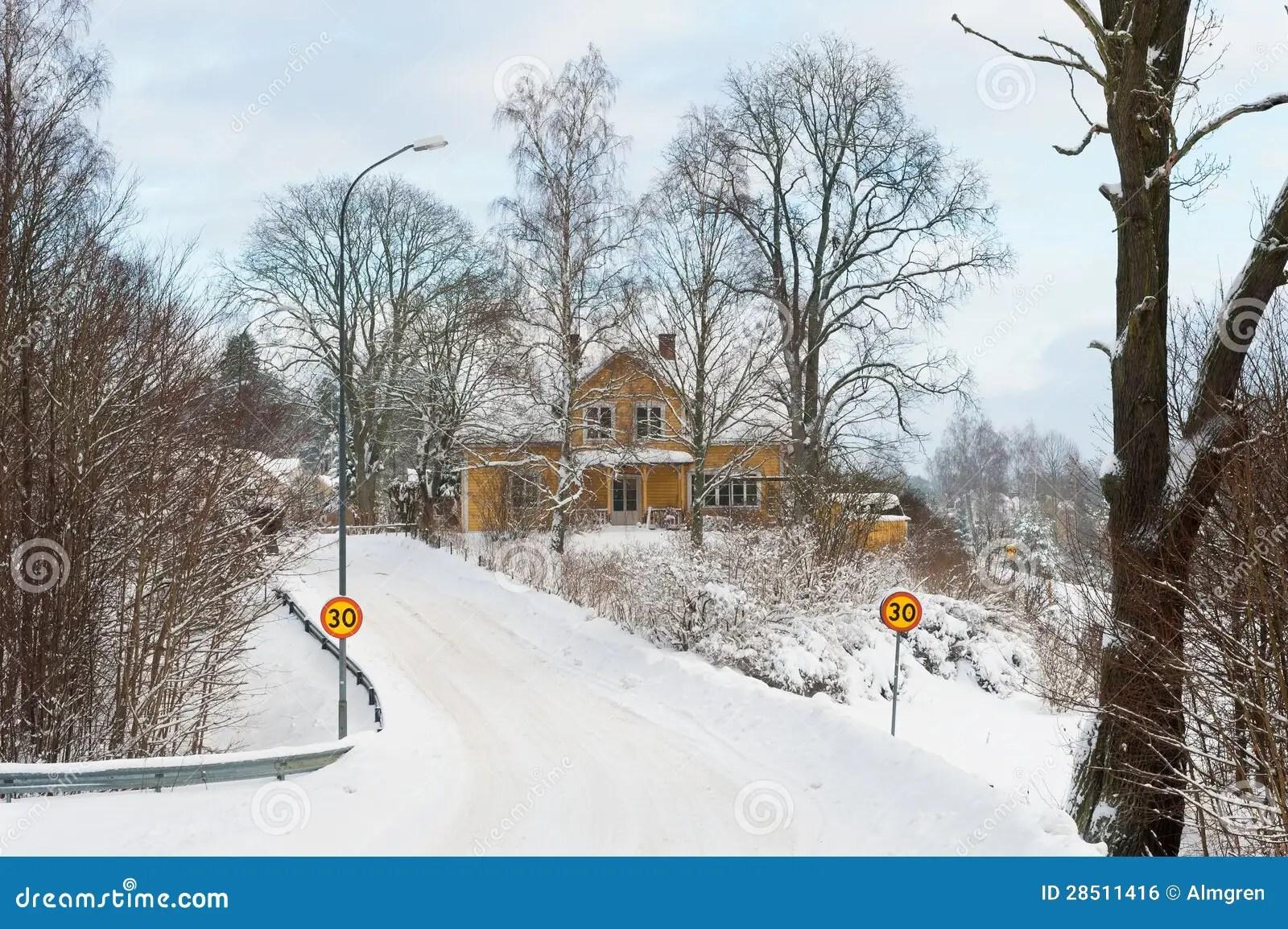 Il Giallo Ha Dipinto La Casa Di Legno Svedese In Un