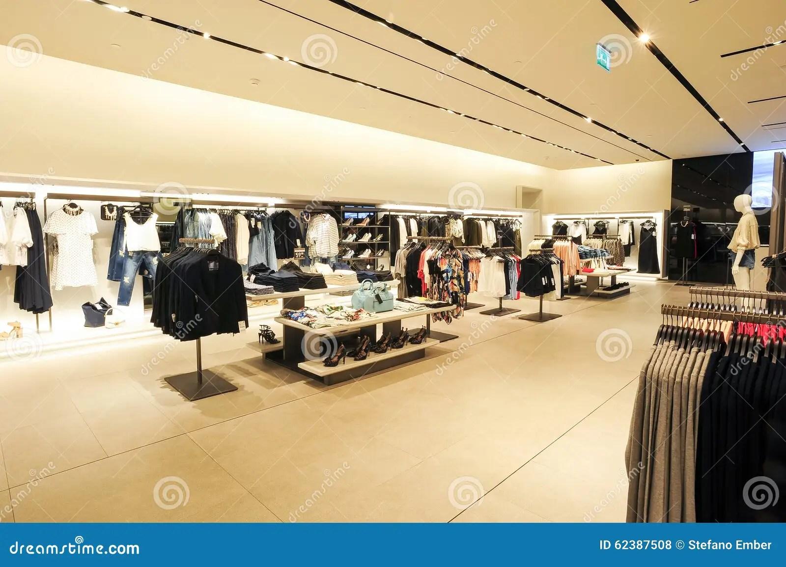 Interior De La Tienda De La Ropa De La Moda De Zara Foto