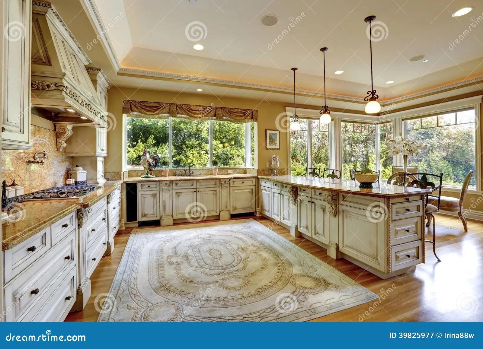 Interno Di Lusso Della Casa Armadi Da Cucina Antichi Immagine Stock  Immagine di soffitto