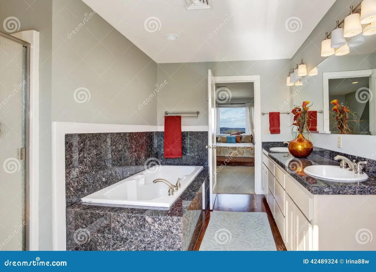 Interno Moderno Del Bagno In Camera Da Letto Principale Fotografia Stock  Immagine di hardwood