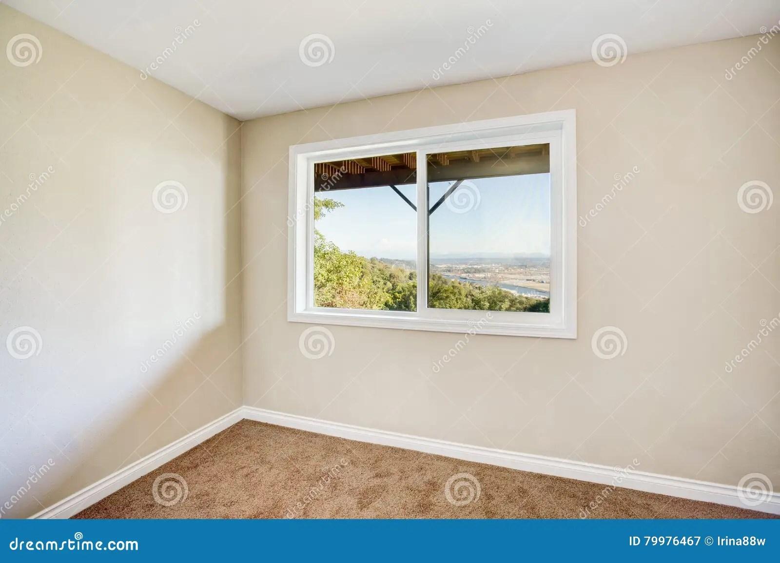 Della camera da letto, è possibile tagliare una delle pareti in colore beige, più chiara di un paio di toni. Interno Vuoto Della Stanza Con Tappeto Marrone E Le Pareti Beige Leggere Immagine Stock Immagine Di Soffitto Domestico 79976467