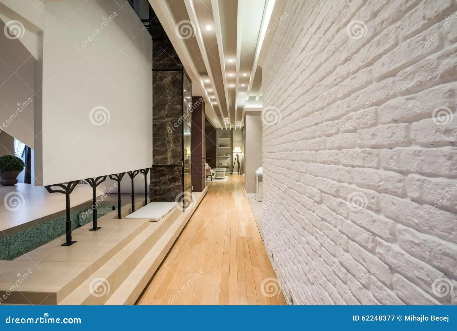 Intrieur Dun Long Couloir Avec Le Mur De Briques Blanc Photo stock  Image 62248377