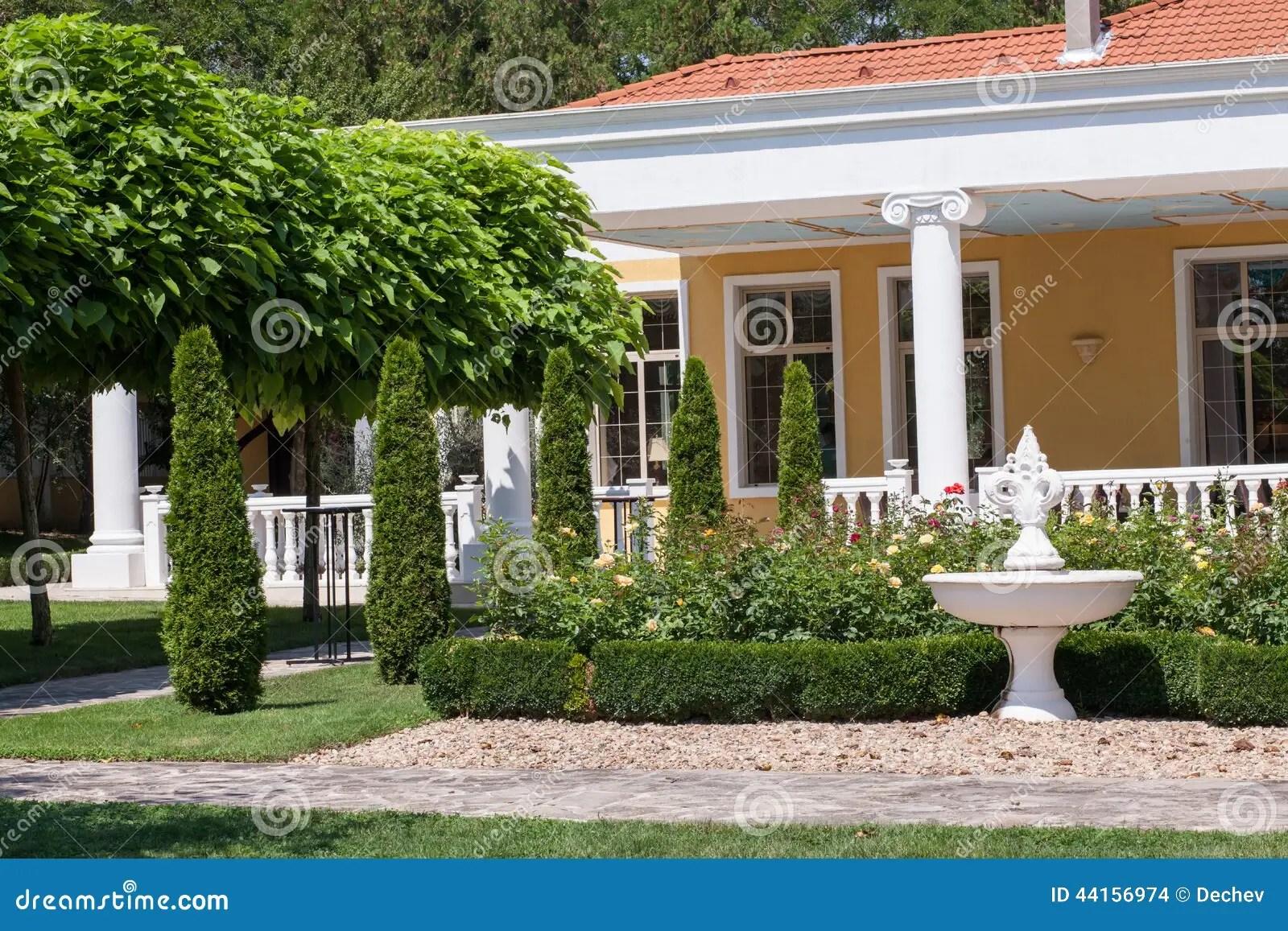 foto de stock jardim na frente de uma casa da casa de campo