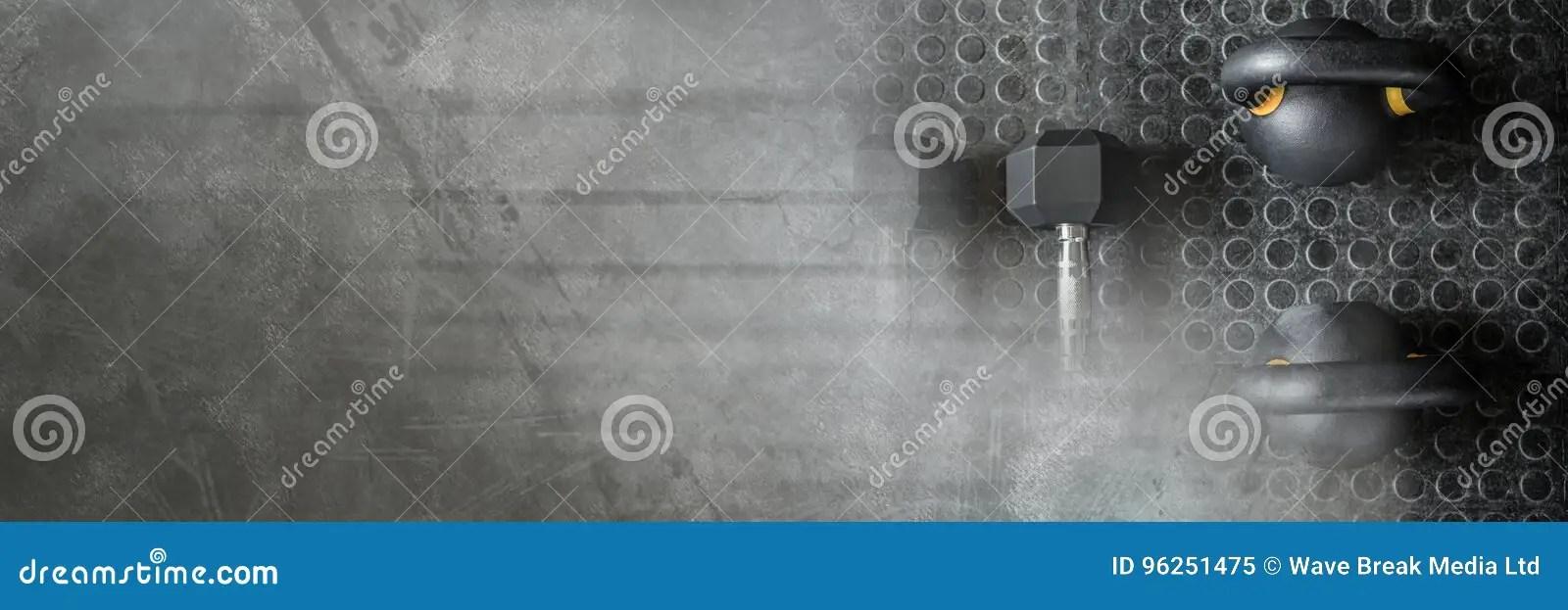 kettlebells et halteres dans le gymnase avec la transition foncee