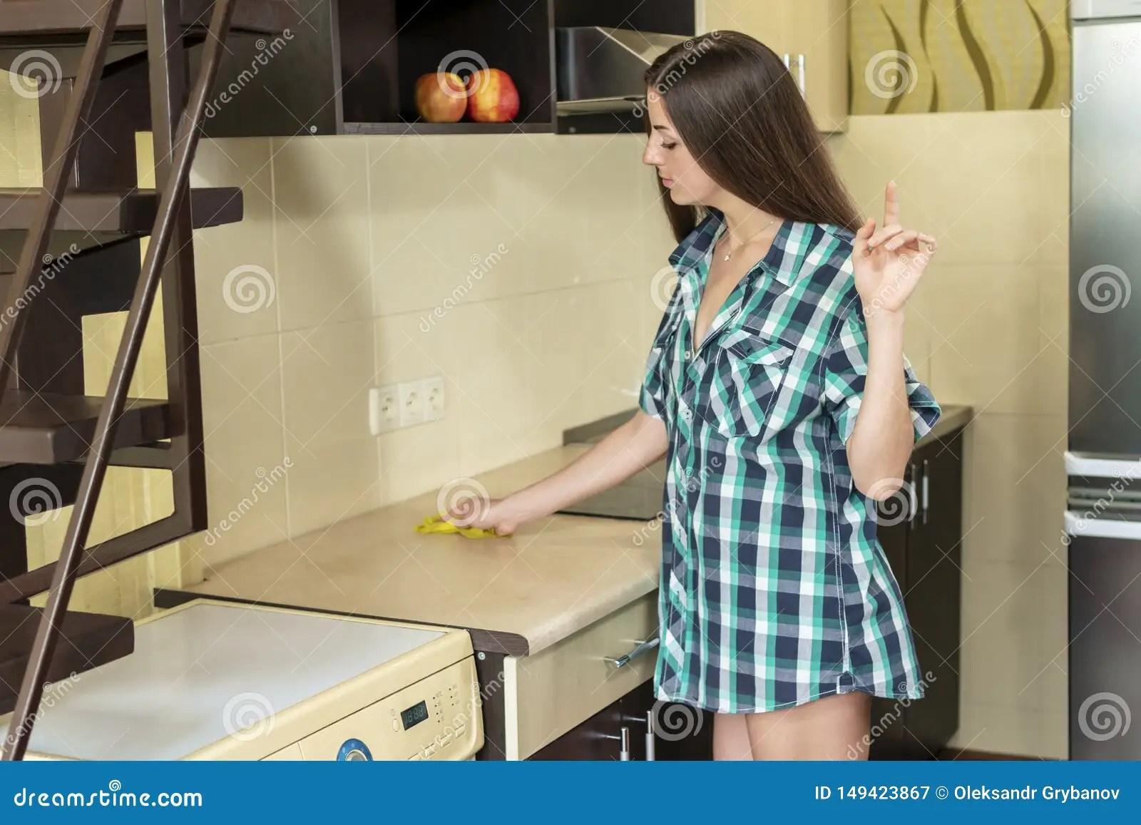 https fr dreamstime com femme nettoie cuisine belle sexy essuie table image149423867