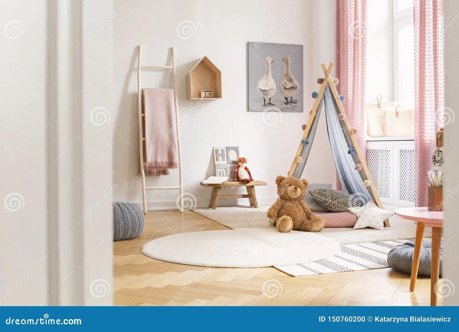 https fr dreamstime com salle jeux l enfant tente ours nounours les tapis peinture mur vraie photo image150760200