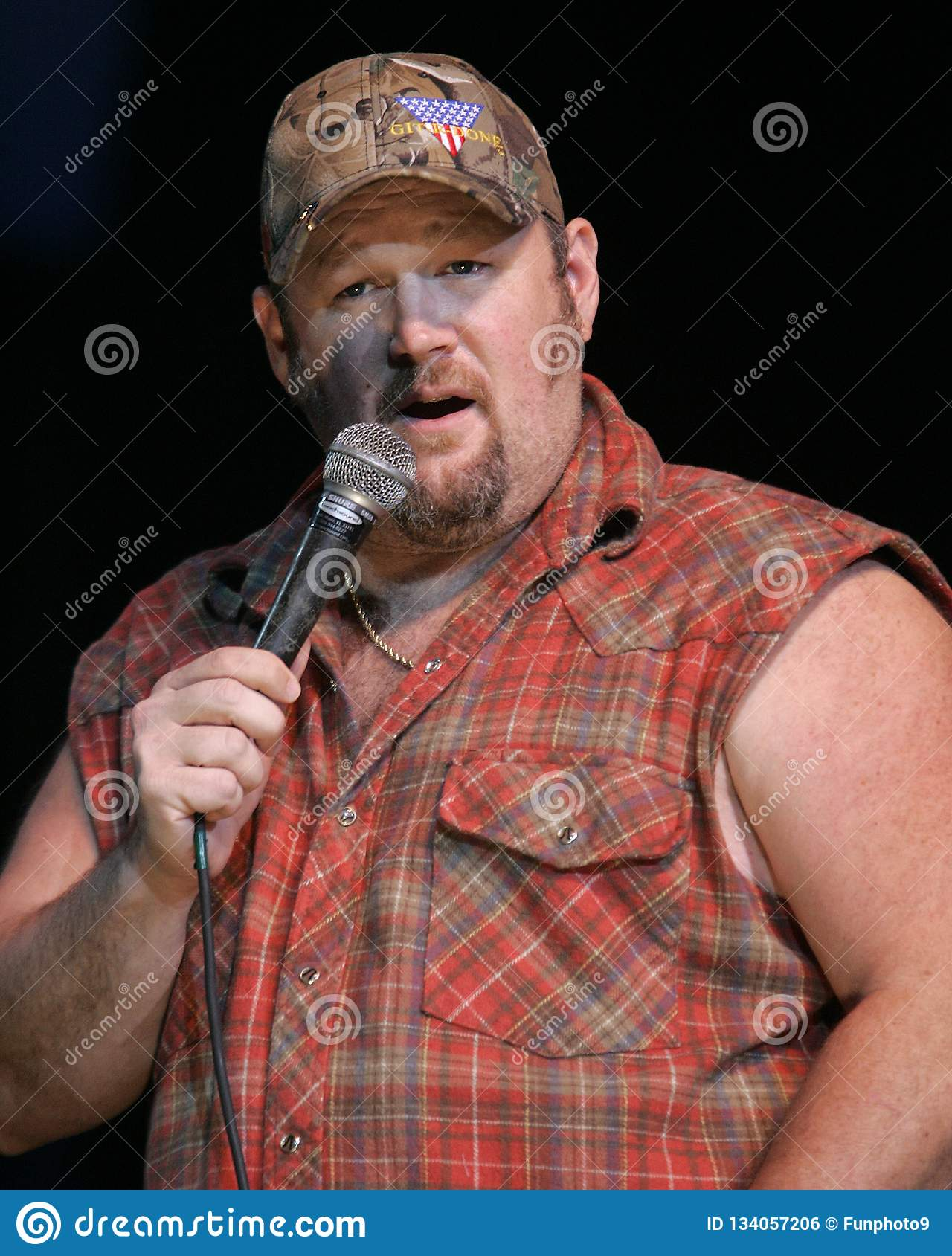 hight resolution of larry the cable guy performs