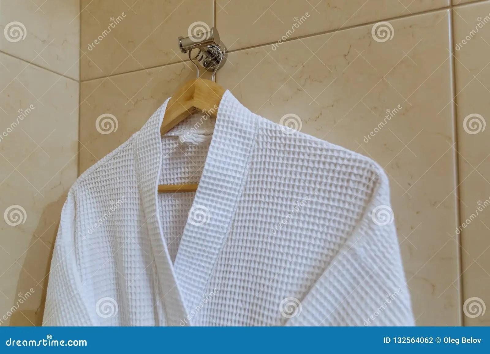 Le Peignoir Blanc De Textile Accroche Sur Le Crochet Dans La Salle De Bains Photo Stock Image Du Crochet Bains 132564062