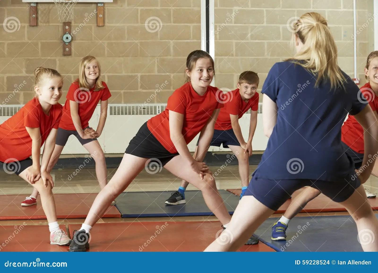 Leraar Taking Exercise Class In Schoolgymnastiek Stock