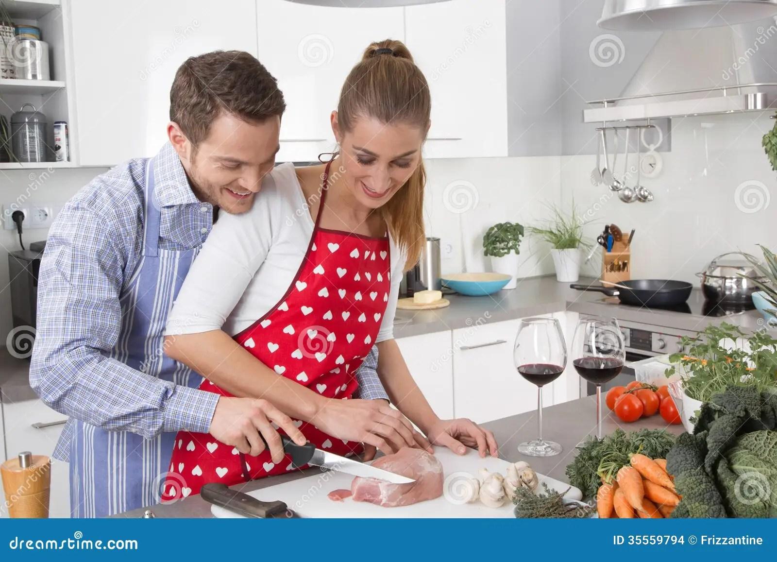 Les Couples Dans L'amour Faisant Cuire Ensemble Dans La