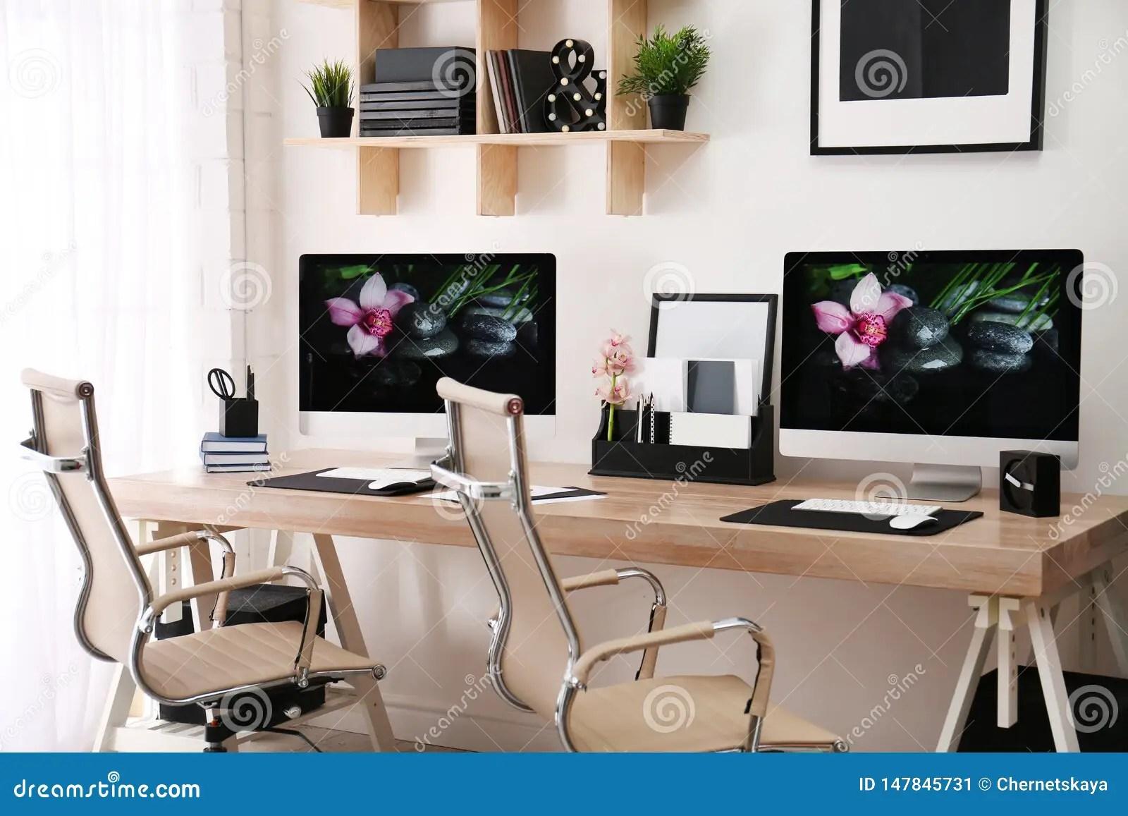 https fr dreamstime com lieu travail moderne grands bureau ordinateurs chambre int rieur l gant image147845731