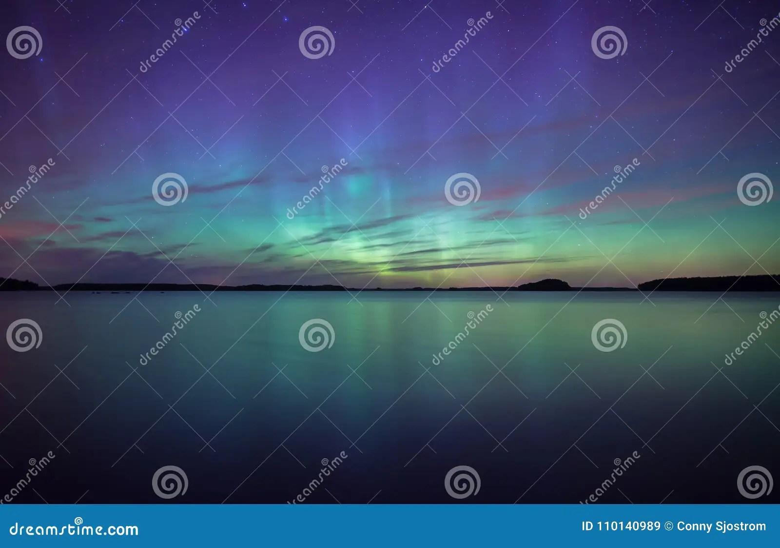 lumieres du nord dansant au dessus de l aurora borealis calme de lac