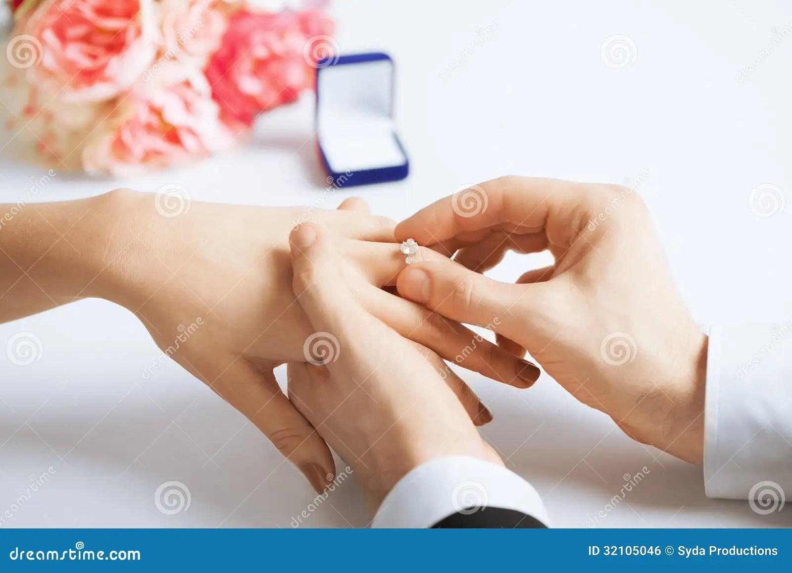 Mann Der Ehering Auf Frauenhand Setzt Stockfoto  Bild