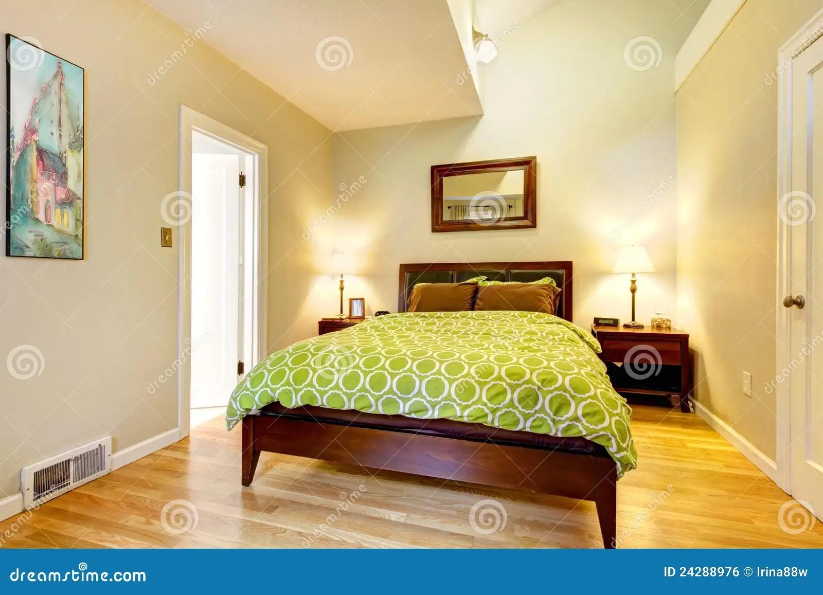 Moderne Groene En Beige Slaapkamer Met Bruin Bed Stock