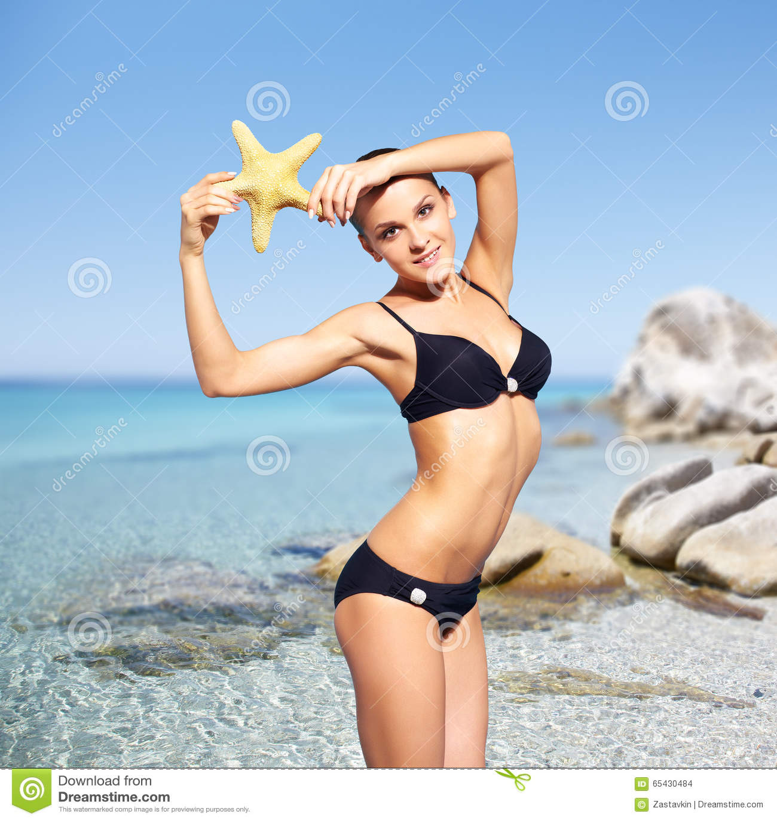Mooie Vrouw In Bikini Op Overzeese Achtergrond Stock Foto