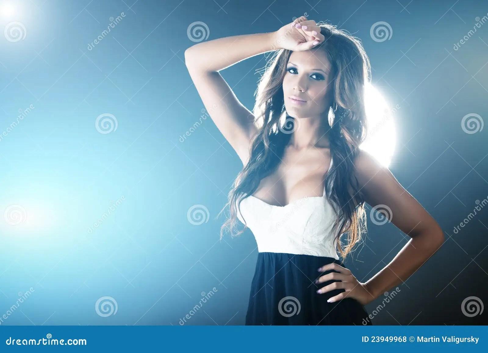 Mooie Vrouw Op Achtergrond Met Blauwe Lichten Royalty