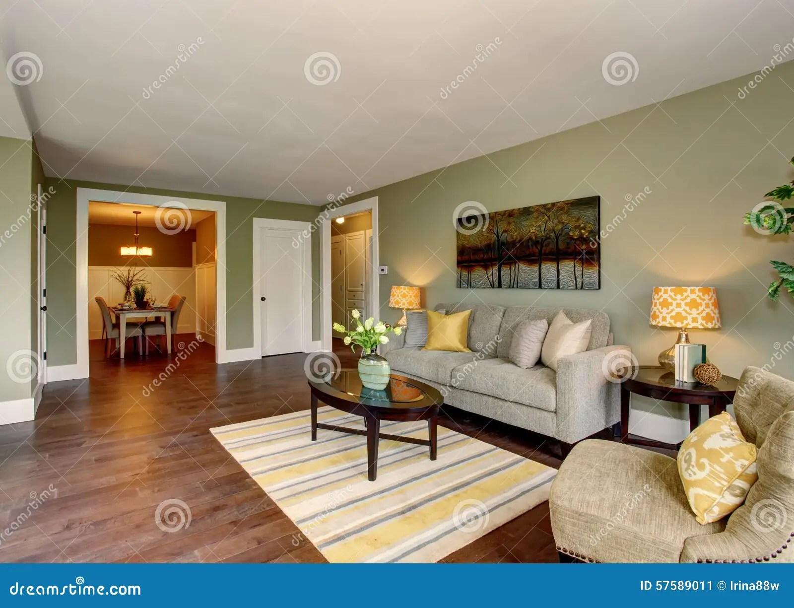 Mooie Woonkamer Met Groen En Geel Thema Stock Afbeelding