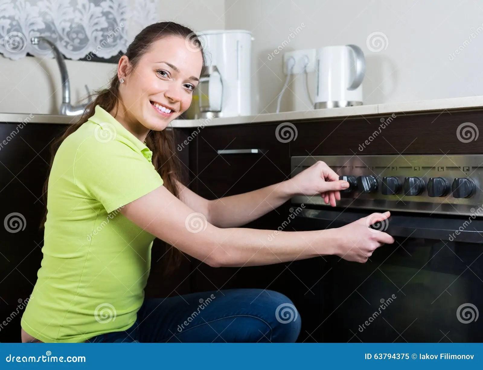 Mujer Que Cocina La Comida En El Horno Foto de archivo  Imagen 63794375