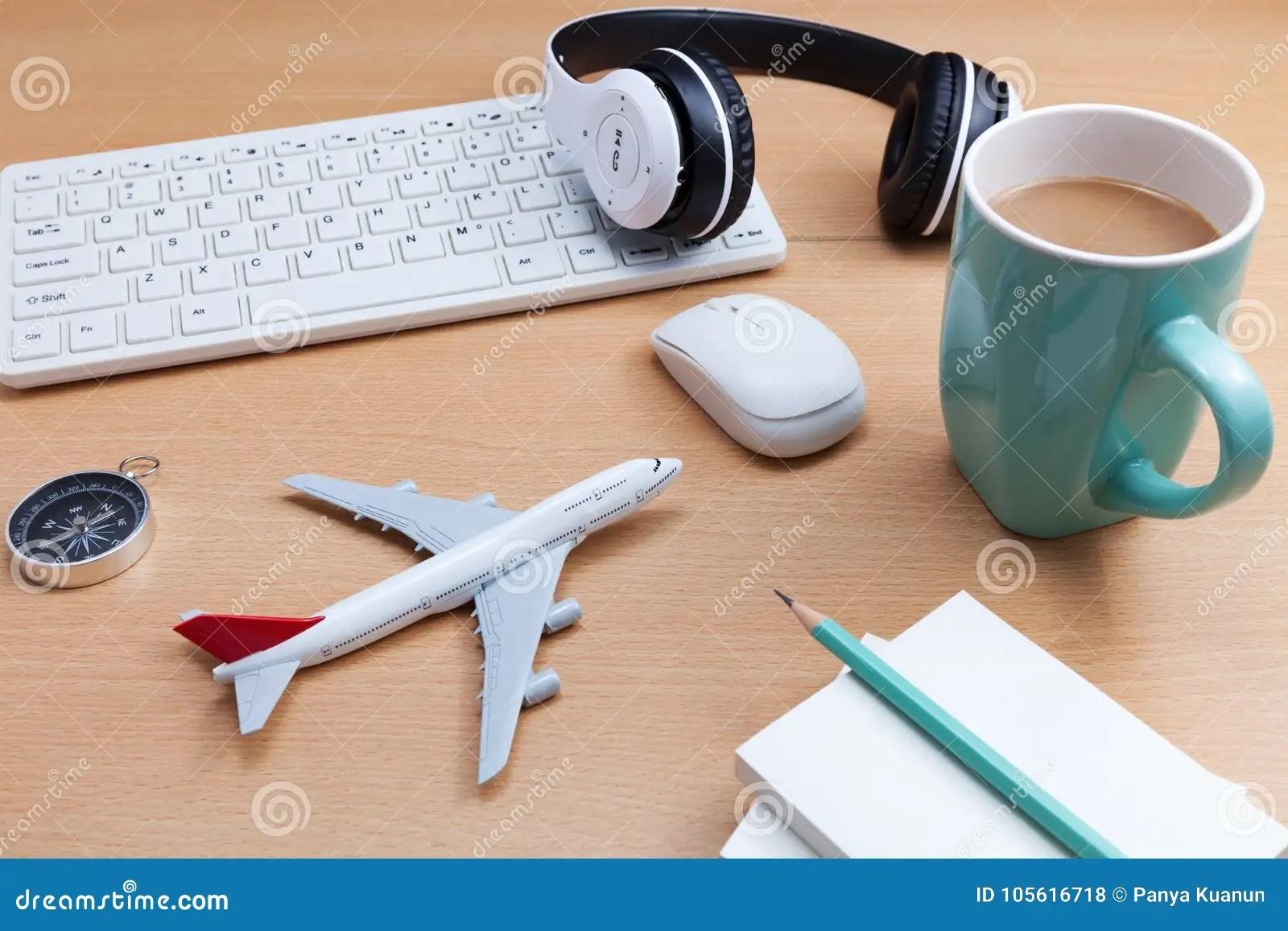 Una lampada da tavolo, un fermacarte e un penna stilografica elegantemente posata accanto all. Oggetti Business Sulla Scrivania Con Il Modello Dell Aeroplano Tra Di Affari Fotografia Stock Immagine Di Giornale Aeroplano 105616718