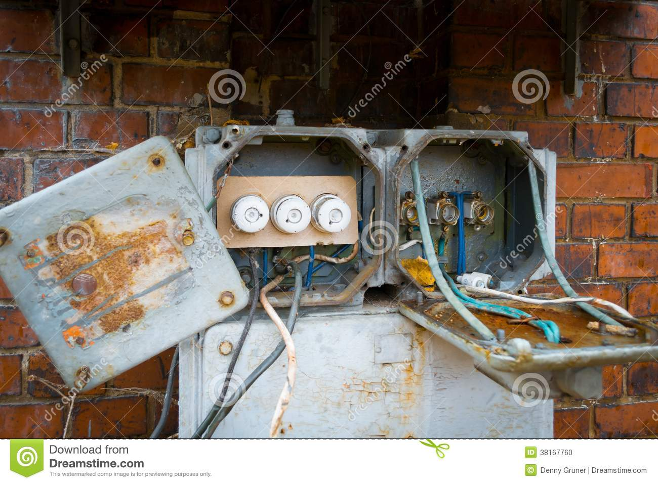 hight resolution of an old fuse box with the then twist locks