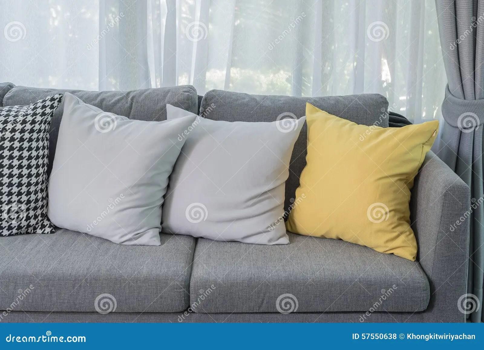 oreiller jaune sur le sofa gris dans le salon moderne