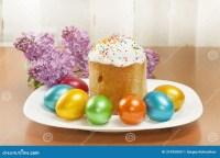 Ostern-Kuchen Und Gemalte Eier Lizenzfreie Stockbilder ...