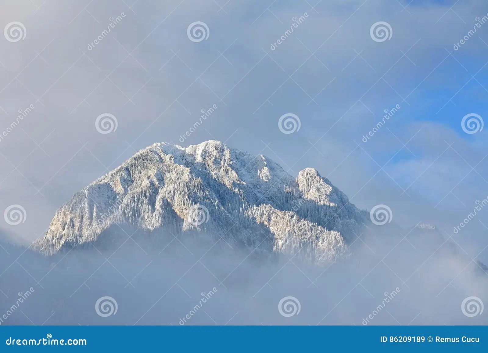 Paesaggio Alpino Con I Picchi Coperti Da Neve Immagine Stock  Immagine di hiking nubi 86209189