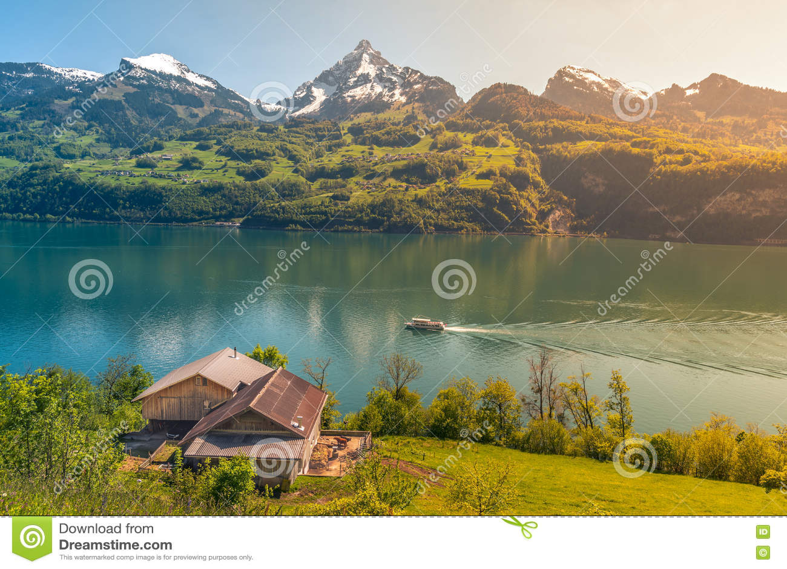 Paesaggio Alpino Pittoresco Scaldato Da Luce Solare Fotografia Stock  Immagine di picchi bello 73240328