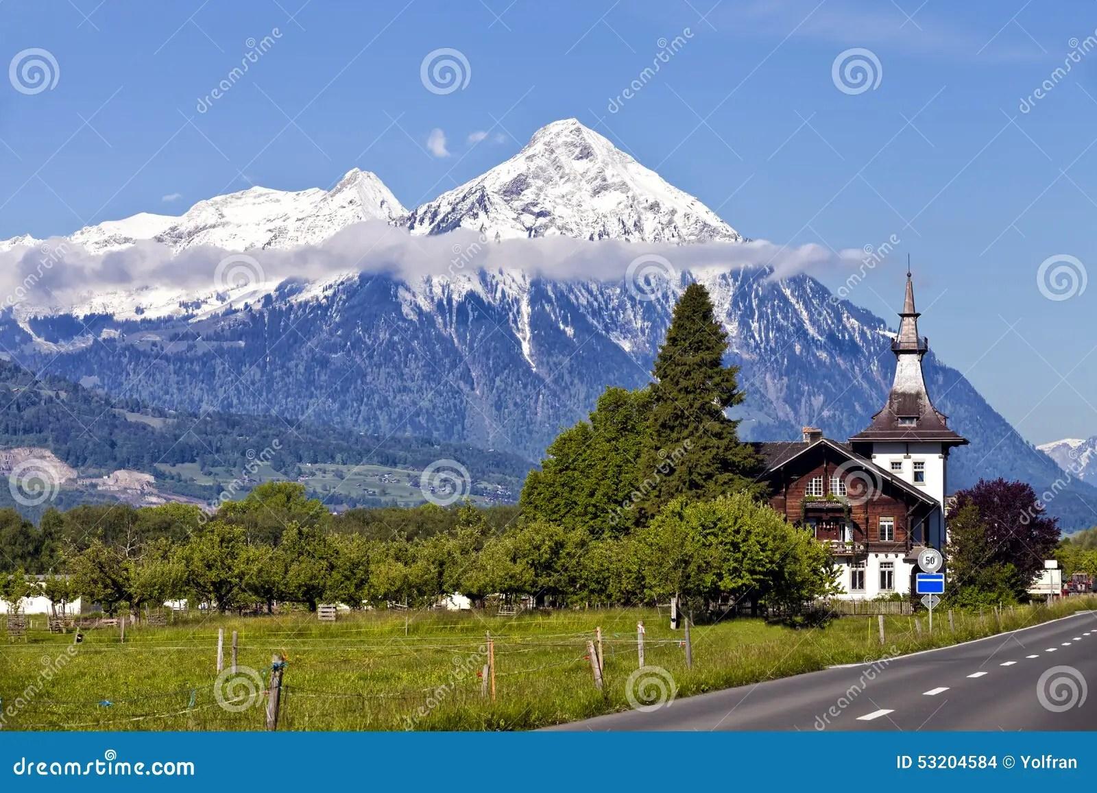 Paesaggio Alpino Svizzera Di Estate Con I Picchi Della Neve E Le Costruzioni Di Legno Fotografia Stock  Immagine di corsa svizzero 53204584