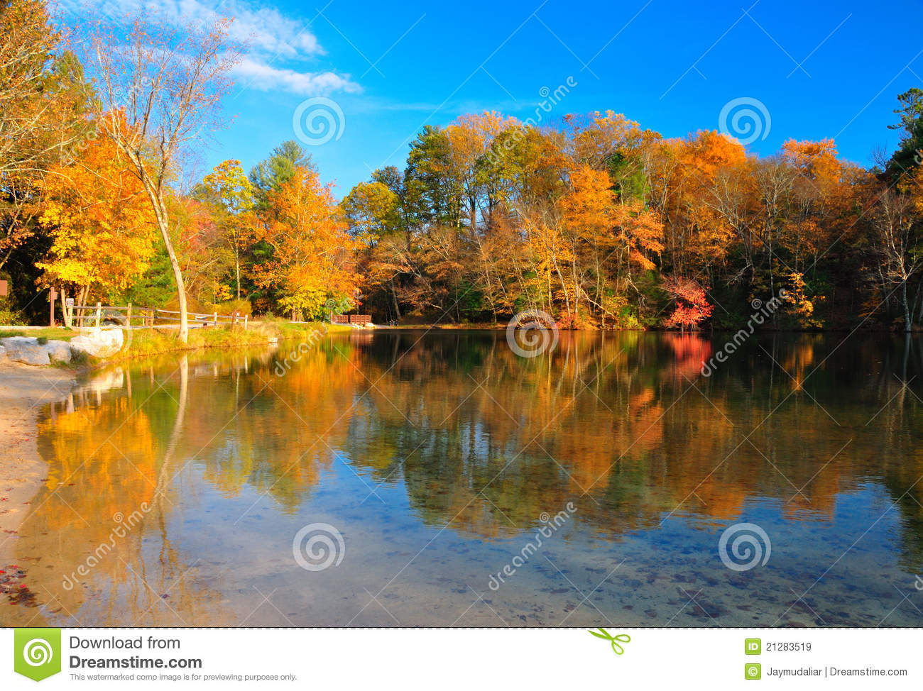 Peak Fall Foliage At A Lake Royalty Free Stock Images