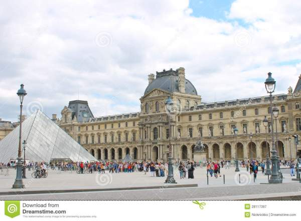 People In Square Front Of Louvre Editorial - 28117397